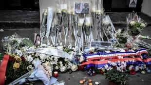 Des fleurs devant le Bataclan, en hommage aux victimes de l'attentat du 13 novembre 2015 à Paris.