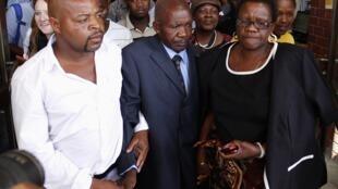 Pai do taxista moçambicano morto na África do Sul (ao centro)