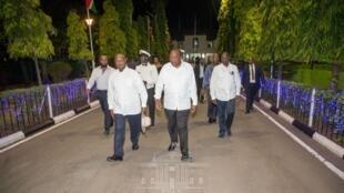 Rais wa Uganda Yoweri Museveni (kushoto) na mwenyeji wake Uhuru Kenyatta (kulia).