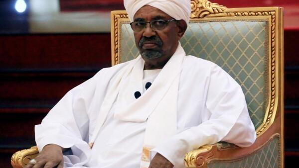 O presidente sudanês, Omar al-Bashir, discursa na reunião do Comitê de Diálogo Nacional no Palácio Presidencial em Cartum, Sudão, 5 de abril de 2019.