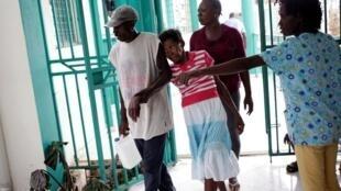 Haitiana com sintomas de cólera chega ao hospital de Port-a-Piment, no Haiti, no dia 9 de outubro de 2016.