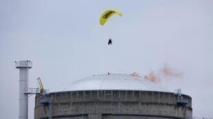 Ativista do Greenpeace desce de parapente em central nuclear perto de Lyon, nesta quarta-feira.