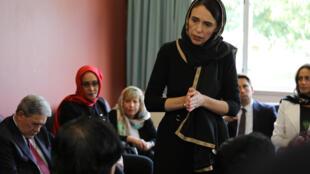 Le Première ministre néo-zélandaise Jacinda Ardern rendant visite à la communauté musulmane.