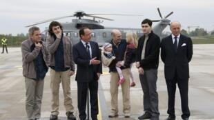 Da esquerda para a direita: Didier Francois, Edouard Elias, François Hollande, Nicolas Henin com seus filhos, Pierre Torres e Laurent Fabius, no aeroporto de Villacoublay.