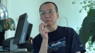 រង្វាន់ណូបែលសន្តិភាពឆ្នាំ២០១០ជូនទៅសកម្មជនការពារសិទ្ធិមនុស្សដែលជាអ្នកប្រឆាំងនឹងរដ្ឋអំណាចចិនឈ្មោះ Liu Xiaobo