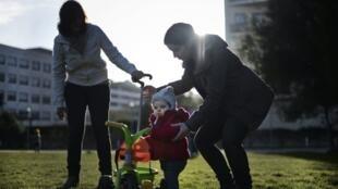 Os casais de lésbicas que buscam a inseminação artificial na França são obrigados a sair do país para concretizar o sonho da maternidade.