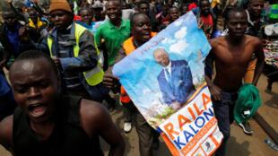 A Kibera, les supporters de Raila Odinga peuvent ressortir les portraits de leur candidat.