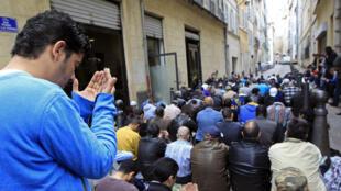 Мусульмане молятся на улице, вблизи мечети эль-Кудс, Марсель, 2015 г