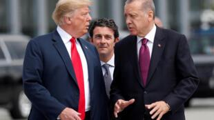 Tổng thống Mỹ Donald Trump (T) trao đổi với đồng nhiệm Thổ Nhĩ Kỳ Recep Erdogan (P), nhân thượng đỉnh NATO, Bruxelles, Bỉ, ngày 11/07/2018
