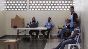 Dans un bureau de vote à Saint Domingue après l'annonce de la suspension des élections municipales à cause d'une faille technique dans le système du vote électronique.