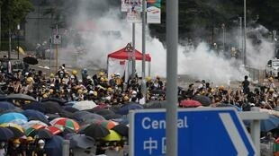 香港警察向抗議引渡法案的示威民眾發射催淚彈 2019年6月12日
