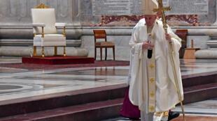 El papa Francisco se va al término de la misa conmemorativa de la última cena de Jesucristo con sus discípulos, el 9 de abril de 2020 (Jueves Santo) a puerta cerrada en la basílica de San Pedro del Vaticano