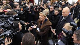 Marine Le Pen, falando aos jornalistas durante a visita ao Mercado de Natal, nos Campos Elíseos, a 8 de Dezembro de 2016