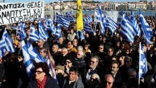À Mytilène, sur l'île grecque de Lesbos, les habitants ont manifesté, mercredi 22 janvier, contre les camps de migrants surpeuplés.