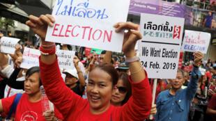 Các nhà hoạt động và sinh viên biểu tình đòi tổ chức bầu cử tại Thái Lan, 08/01/2019.