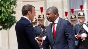 O Presidente francês, Emmanuel Macron, acolhendo o seu homólogo angolano, João Lourenço, em Paris, a 28 de Maio de 2018
