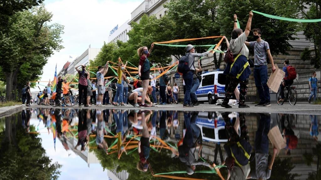 A Berlin, une immense chaîne humaine manifeste pour une société plus solidaire