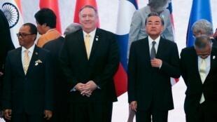 Ngoại trưởng Mỹ Mike Pompeo đứng cạnh ngoại trưởng Trung Quốc Vương Nghị và các đồng nhiệm khác tại Diễn Đàn Khu Vực ASEAN, Bangkok, ngày 02/08/2019.