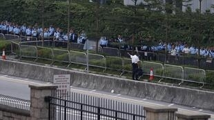 O policiamento foi reforçado nesta sexta-feira (10) nos arredores da sede do Executivo de Hong Kong.