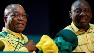 El presidente sudafricano Jacob Zuma (izquierda) y el jefe de la ANC, Cyril Ramaphosa, el 16 de diciembre de 2017 en Johannesburgo..