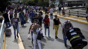 委內瑞拉與哥倫比亞邊界2016年8月13日重新正式開放,圖為通過Simon Bolivar邊界橋的兩國人民。