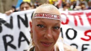 Sur son front, une manifestante marque son refus de la réforme scolaire proposée par Matteo Renzi: «La bonne école...vraiment».