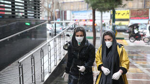 伊朗首都德黑兰佩戴口罩女性资料图片