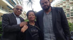 O cineasta André Novais Oliveira, à direita, com os pais em Cannes.