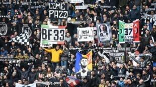 Los hinchas de la Juventus en un partido frente al Brescia.