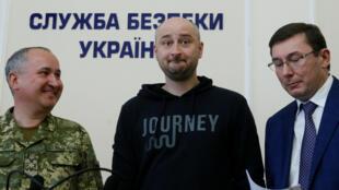Arkadi Babchenko (centro de la imagen ) durante una entrevista colectiva