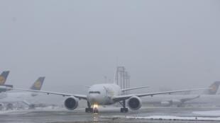 Tempestades de neve prejudicam o tráfego aéreo no aeroporto de Frankfurt.