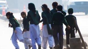 2014年12月16日,塔利班袭击学校后,学生离开学校。