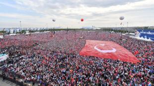 Les partisans du président turc Tayyip Erdogan réunis lors d'un rassemblement électoral à Istanbul, en Turquie, le 17 juin 2018.