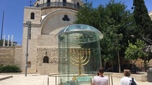 À deux reprises, la synagogue de la Hourva a été détruite. En 1720 lorsque la communauté juive ashkénaze qui l'avait fait construire a été incapable de rembourser ses dettes puis en 1948 par un bombardement jordanien lors de la 1e guerre israélo-arabe.