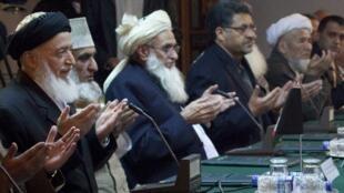 Бывший афганский президент Бурхануддин Раббани (слева) во время молитвы перед началом переговоров с пакистанской стороной. Исламабад 05/01/2011