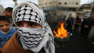 Manifestantes palestinos logo após o anúncio do presidente Trump