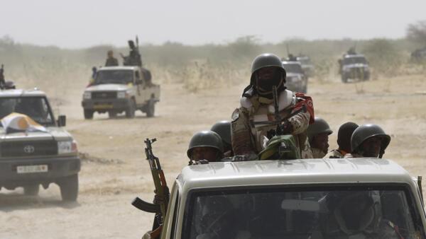 """Нигерийские солдаты патрулируют территорию по следам """"Боко Харам""""."""