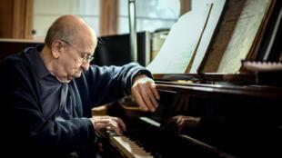 Le pianiste français Martial Solal à son domicile de Chatou, près de Paris, le 28 novembre 2018.