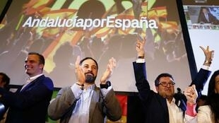 Santiago Abascal (G), lãnh tụ đảng cực hữu VOX, và ứng viên Nghị viện vùng Francisco Serrano (P) mừng kết quả bầu cử Andalousia. Ảnh tại Sevilla, 02/12/2018.