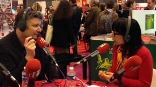 O escritor Patrick Straumann entrevistado pela jornalista Leticia Constant no Salão do Livro de Paris em 21 de março de 2014.