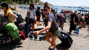 Du khách vội vã rời khỏi đảo Gili Trawagan của Indonesia.