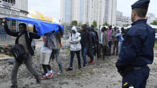 Эвакуация лагеря мигрантов на севере Парижа 18 августа 2017.