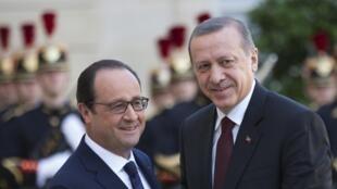 François Hollande recepciona o presidente turco, Recep Tayyip Erdogan (à direita).