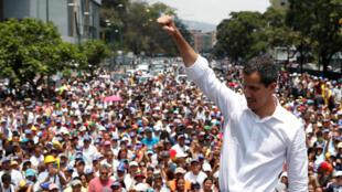 Lãnh tụ đối lập Venezuela Juan Guaido nói chuyện với người biểu tình chống chế độ Maduro tại Caracas (Venezuela) ngày 01/05/2019.