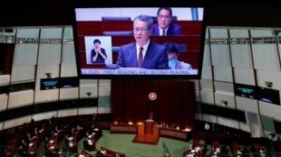 """""""Bộ trưởng"""" Tài Chính Hồng Kông Trần Mậu Ba (Paul Chan) trình bày ngân sách hàng năm của chính quyền trước Nghị Viện Hồng Kông Legco ngày 26/02/2020."""