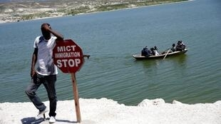 Panneau de mise en garde à la frontière de Malpasse, en Haïti, le 17 mars 2020.
