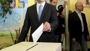 O candidato conservador Andrzej Duda durante votação neste domingo (10) em Cracóvia, Polônia.