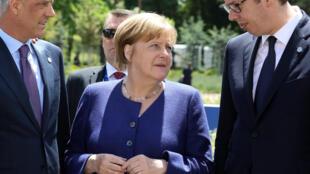 Da esq à dir, o presidente kosovar, Hashim Thaçi, a chanceler alemã, Angela Merkel, e o presidente sérvio, Aleksandar Vucic.