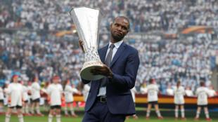 Eric Abidal, ici présentant le trophée de la Ligue Europa à Lyon le 16 mai 2018, est le nouveau directeur sportif du FC Barcelone.