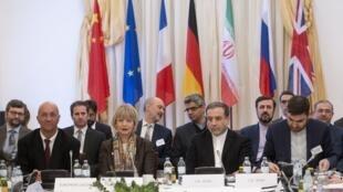 Abbas Araqchi, le vice-ministre iranien des Affaires étrangères et Helga Schmid, spécialiste du dossier auprès du haut représentant de l'Union européenne, Josep Borrell, à Vienne, le 26 février 2020.
